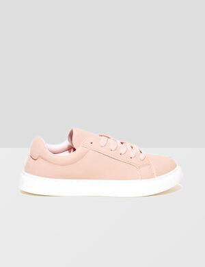 Product Tennis femme, rose clair, effet suédine, semelles blanches, lacets.Marque Jennyfer Catégorie chaussures