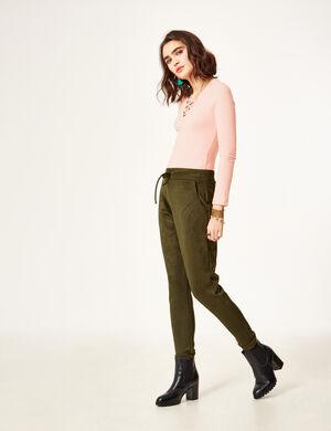 Product Pantalon femme, kaki, suédine, coupe jogging, 2 poches devant, 2 fausses poches dos, taille élastiquée avec lien de resserrage.Marque Jennyfer Catégorie pantalons
