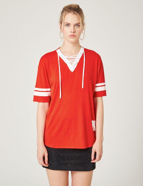 tee-shirt avec laçage rouge
