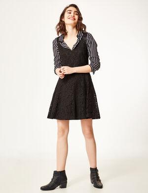 Product Robe femme, noir, dentelle, évasé, décolleté v devant et dos, fermeture zippée dans le dos, sans manches.Marque Jennyfer Catégorie robes