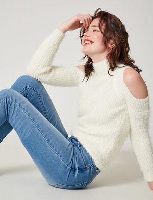 Product Pull femme, écru, fils lurex argentés, épaules ajourée, col montant, finitions bords côtes, manches longues.Marque Jennyfer Catégorie pulls + gilets