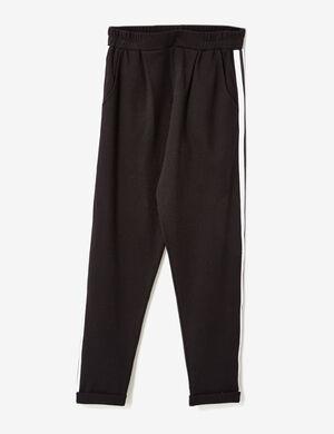 Product Pantalon de jogging femme, noir, style ville, pinces sur le devant, bandes banches et noirs sur les côtés, 2 poches, taille élastiquée, revers bas de jambes.Marque Jennyfer Catégorie joggness
