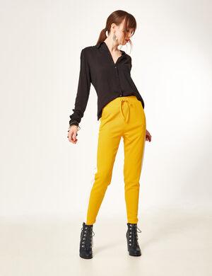 Product Pantalon de jogging femme, ocre, matière crêpe, bandes blanches sur les côtés, taille élastiquée avec lien de resserrage, 2 poches devant, 2 fausses poches dos.Marque Jennyfer Catégorie joggness