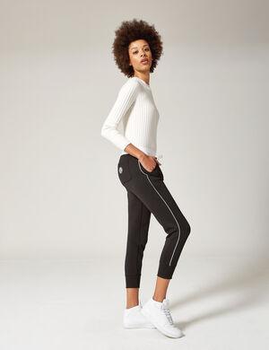 Product Pantalon de jogging femme, noir, liseré blanc, taille élastiquée avec lien de resserrage blanc, 2 poches devant, 1 poche dos avec patch, finitions bords côtes.  Photos retouchéesMarque Jennyfer Catégorie joggness