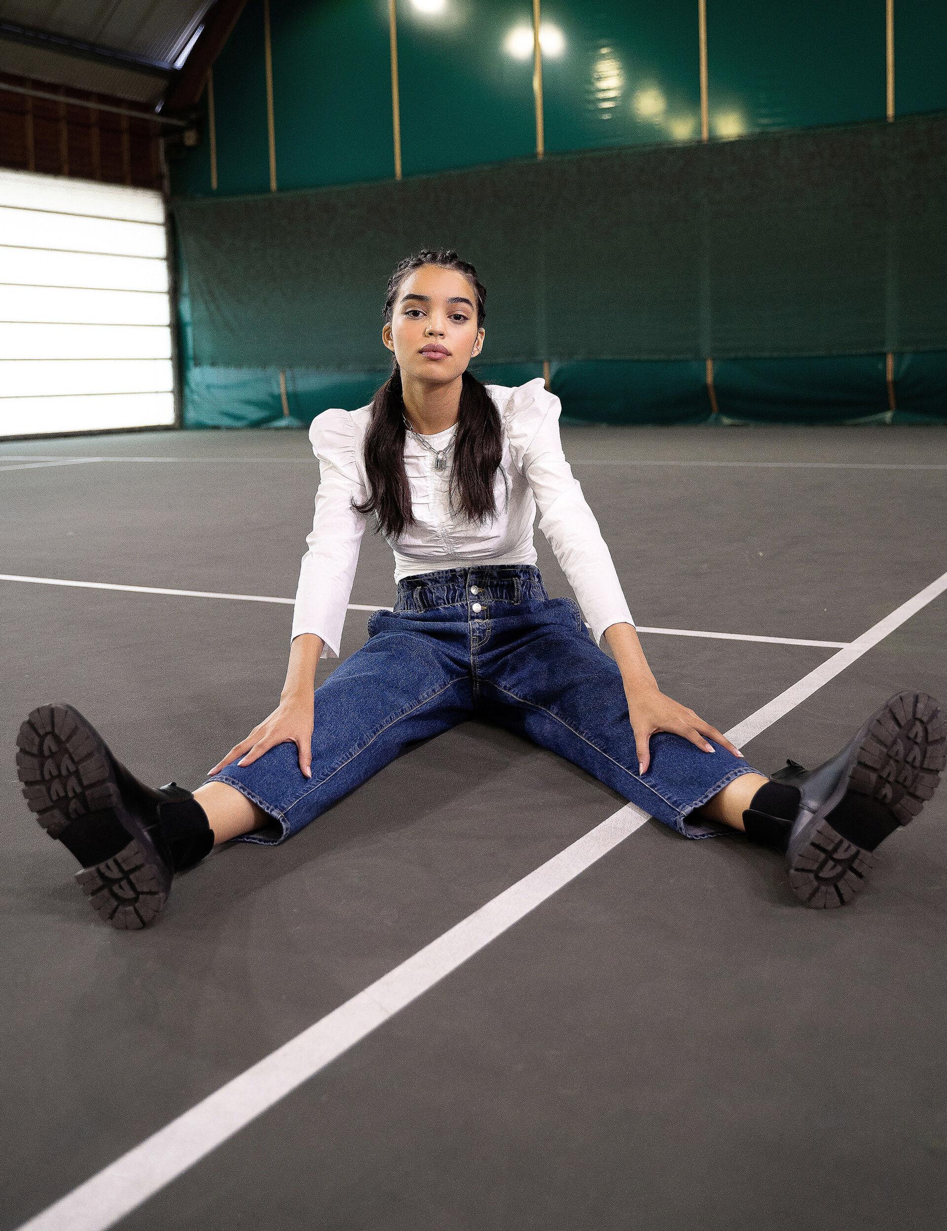 Elasticated high-waisted jeans