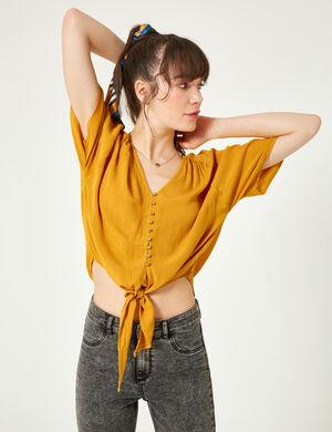 Product Blouse femme, ocre, effet froissé, patte de boutonnage, col v, manches courtes chauves souris, à nouer sur le devant. Photos retouchéesMarque Jennyfer Catégorie chemises + blouses