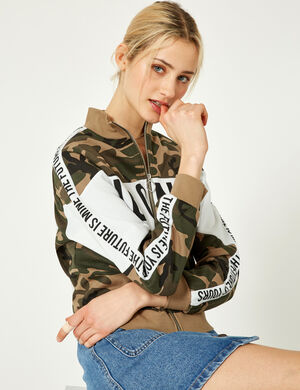 Product Sweat zippé femme, kaki camouflage, message iconic crew devant, et  the future is yours the future is mine, finitions bords côtes, fermeture zippée, manches longues.  Photos retouchéesMarque Jennyfer Catégorie joggness