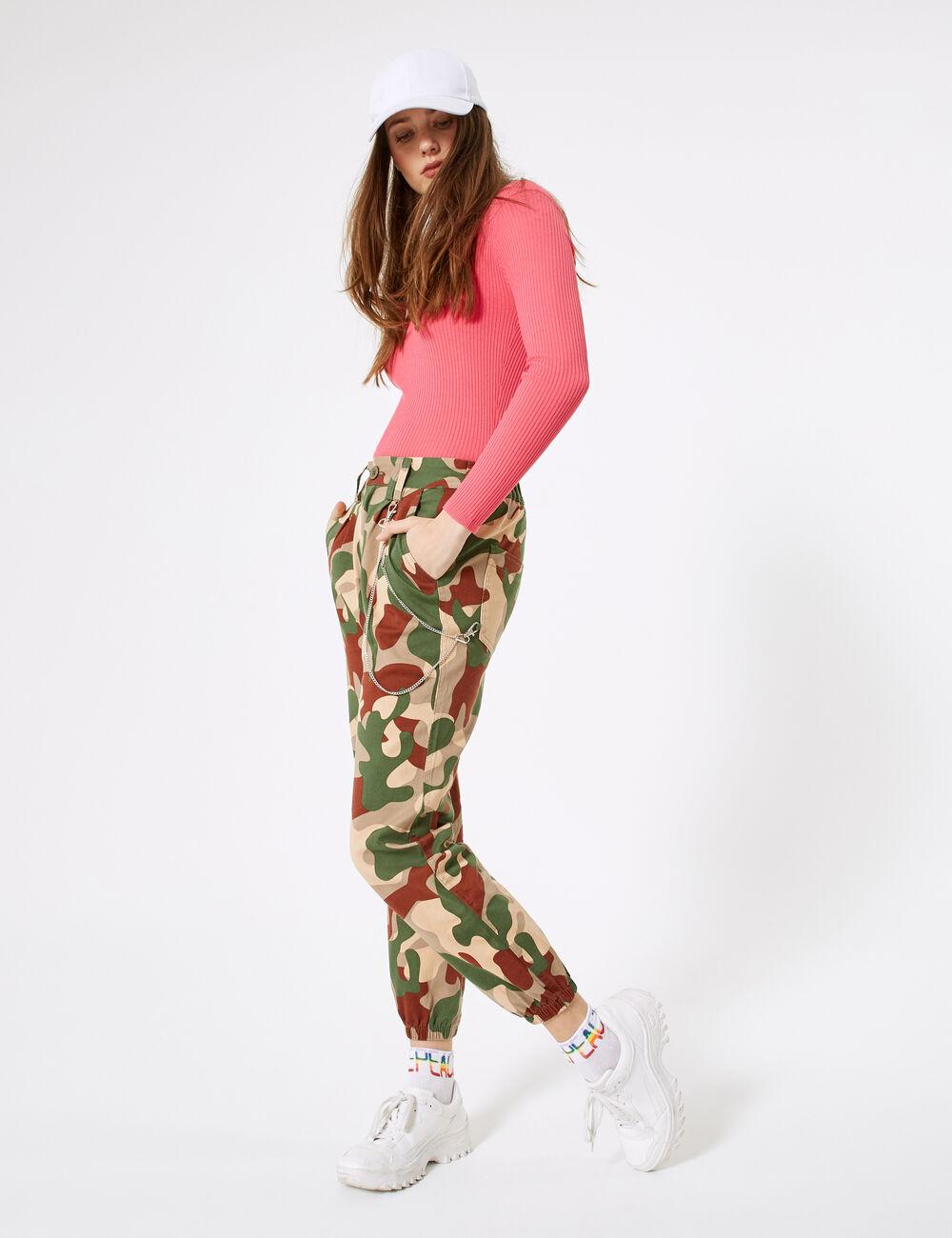recherche de véritables nouvelle collection couleurs et frappant Chaîne Jennyfer Et Femme Cargo Avec Camouflage Kaki Rouille ...