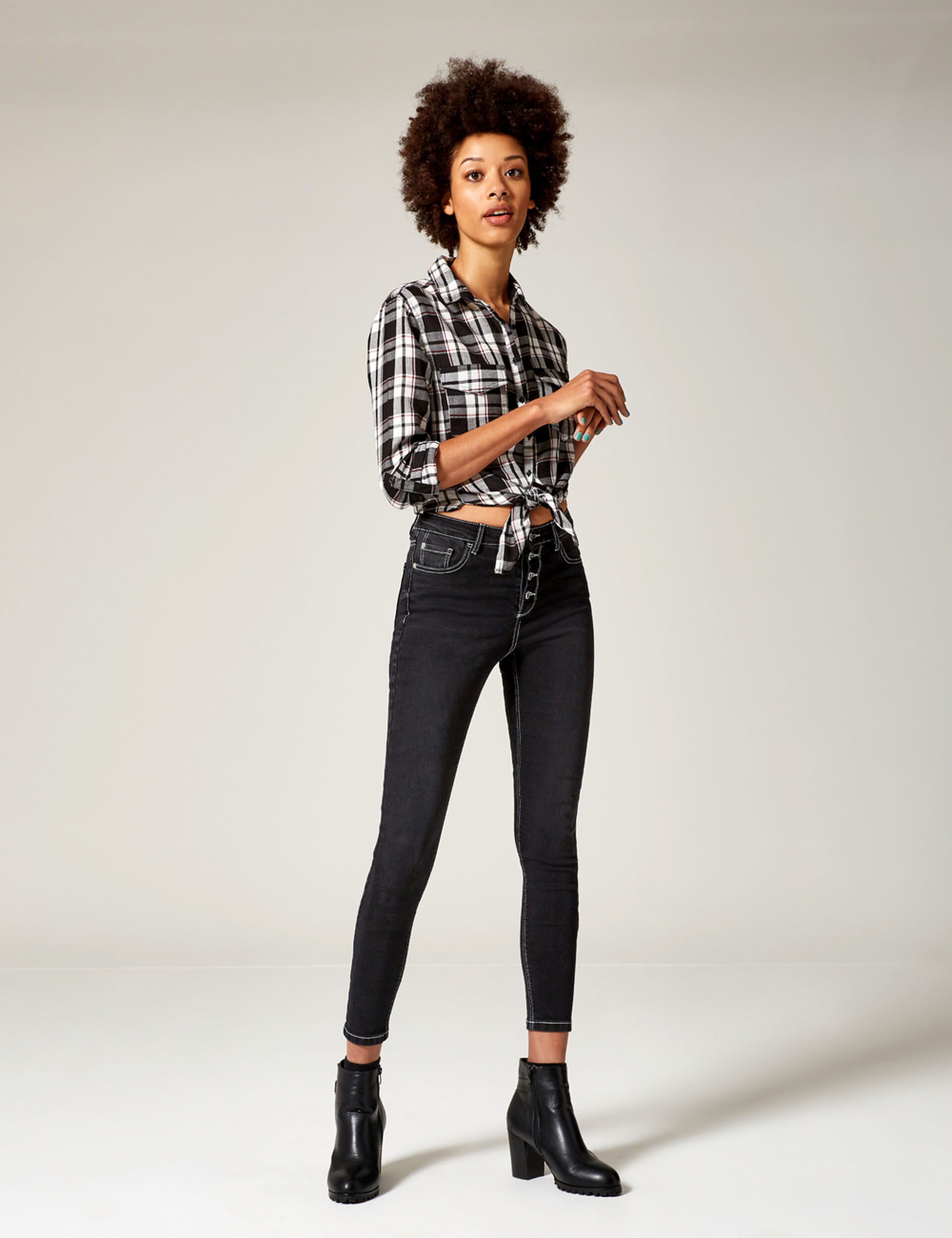 Black high-waisted buttoned jeans