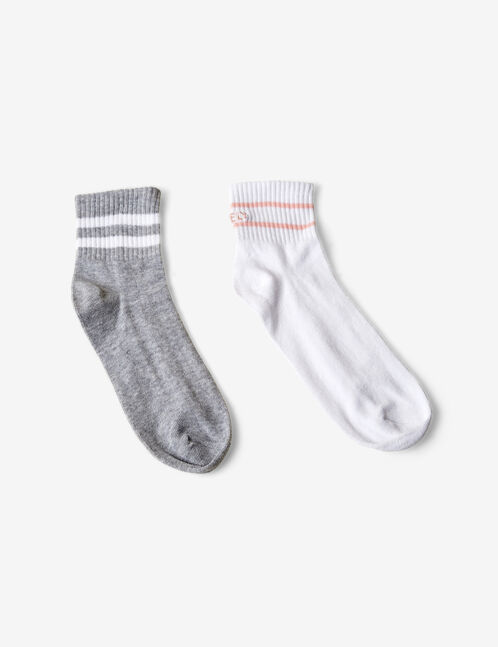 chaussettes avec rayures grises, blanches et rose clair