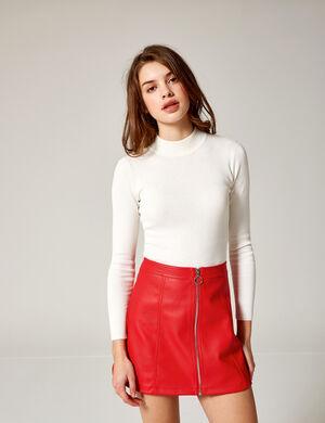 Product Jupe femme, rouge, simili cuir, coupe trapèze, fermeture zippée. Photos retouchéesMarque Jennyfer Catégorie jupes + shorts
