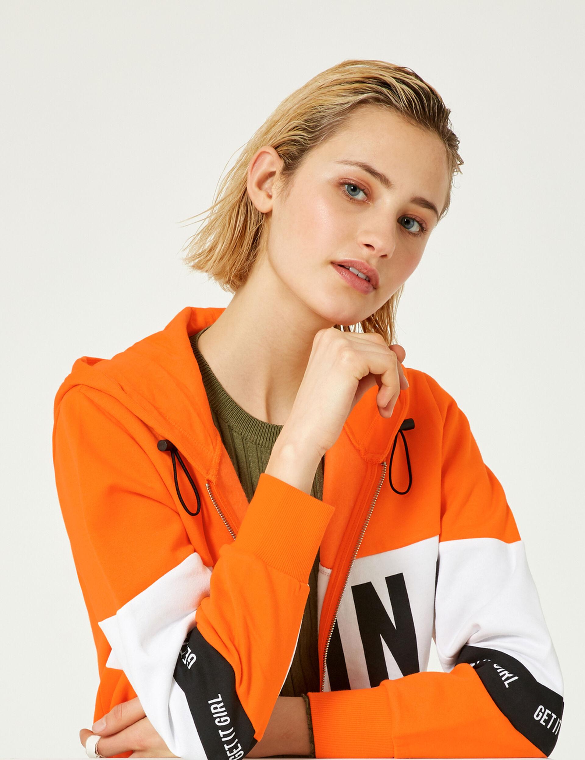 Sweat zippé à message orange, blanc et noir