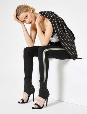 Product Jegging femme, noir, skinny, taille haute, bandes rayées blanches et jaunes sur les côtés, 2 fausses poches devant, 2 poches dos, fermeture zippée boutonnée.  Photos retouchéesMarque Jennyfer Catégorie jeans