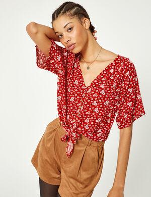Product Blouse femme, rouge, effet froissé, imprimé fleuri, patte de boutonnage, col v, manches courtes chauves souris, à nouer sur le devant. Photos retouchéesMarque Jennyfer Catégorie chemises + blouses