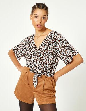 Product Blouse femme, beige, imprimé léopard, effet froissé, patte de boutonnage, col v, manches courtes chauves souris, à nouer sur le devant. Photos retouchéesMarque Jennyfer Catégorie chemises + blouses
