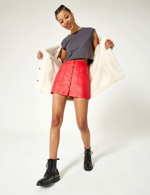 Product Jupe femme, rouge, simili, 2 poches, fermeture boutons pressions, coupe trapèze. Photos retouchéesMarque Jennyfer Catégorie jupes + shorts