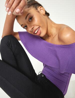 Product Top body femme, violet, épaules dénudées avec volant, forme culotte avec boutons pressions. Photos retouchéesMarque Jennyfer Catégorie bodies