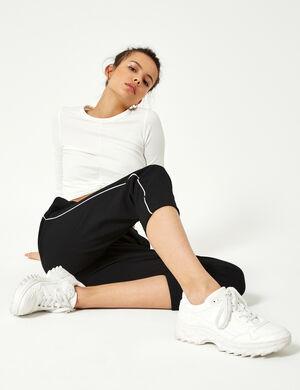 Product Pantalon ville femme, noir,  liseré blanc,  2 poches devant, 2 fausses poches dos, dos élastiqué, revers bas de jambes. Photos retouchéesMarque Jennyfer Catégorie pantalons