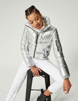 Product Doudoune femme, argenté, 2 poche devant, 1 poche sur la manche, fermeture zippée, col montant, manches longues.  Photos retouchéesMarque Jennyfer Catégorie vestes + manteaux