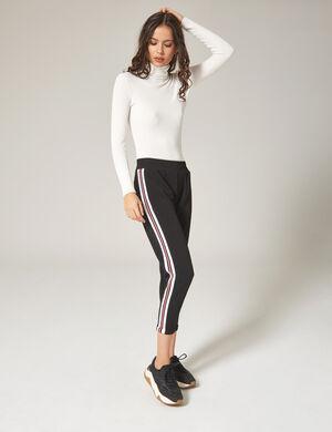 Product Pantalon de jogging femme, noir, bandes rayées rose fluo et blanches sur les côtés, petites pinces sur le devant, taille élastiquée, 2 poches devant. Photos retouchéesMarque Jennyfer Catégorie joggness