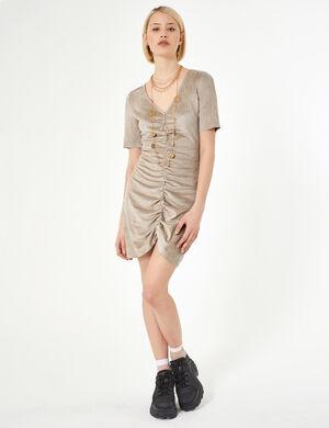 Product Robe femme, beige, suédine, fronces élastiquées devant, décolleté v, manches courtes. Photos retouchéesMarque Jennyfer Catégorie robes