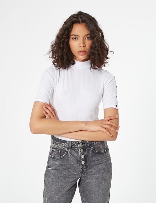 T-shirt button details