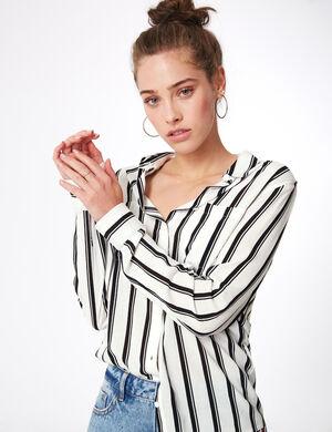 Product Chemise femme, blanc, rayures noires, 2 poches poitrine, patte de boutonnage, manches longues. Photos retouchéesMarque Jennyfer Catégorie chemises + blouses