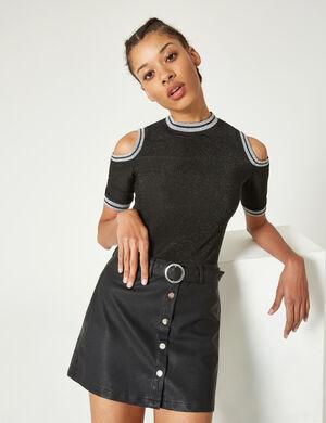 Product Jupe femme, noir, simili, fermeture boutonnée, ceinture avec boucle, coupe trapèze. Photos retouchéesMarque Jennyfer Catégorie jupes + shorts
