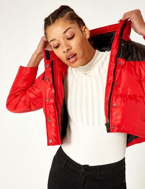 Product Doudoune femme, rouge, et noir, patch sur la manche, 2 poches, double fermeture zip et boutons pressions, capuche, manches longue.  Photos retouchéesMarque Jennyfer Catégorie vestes + manteaux
