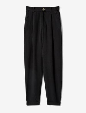 Product Pantalon femme, noir, fluide, matière crêpe, 2 poches devant, 2 fausses poches dos, dos élastiqué, revers bas de jambes, fermeture zippée boutonnée.  Photos retouchéesMarque Jennyfer Catégorie pantalons