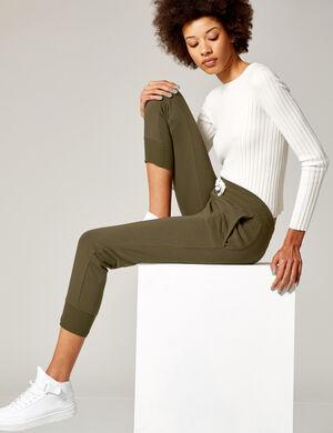 Product Pantalon de jogging femme, kaki, 2 poches devant, 1 poche dos avec patch, finitions bords côtes, taille élastiquée avec lien de resserrage. Photos retouchéesMarque Jennyfer Catégorie joggness