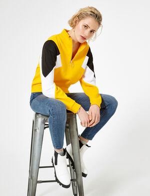 Product Sweat femme, jaune, empiècements noirs et blanc, fermeture demi zippée, finitions bords côtes, col montant, manches longues. Photos retouchéesMarque Jennyfer Catégorie joggness